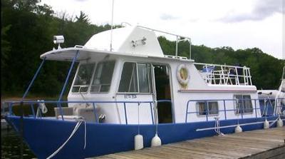 Alcan Houseboats - a clean aluminum Alcan house boat
