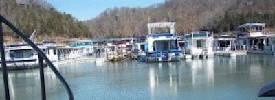 Houseboat rental vacations are great family getaways.