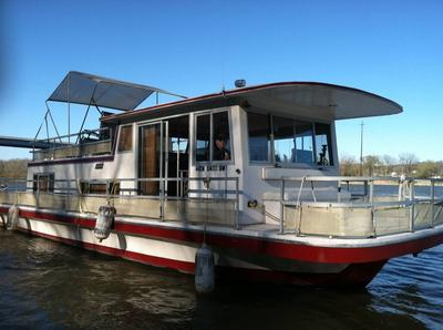 42ft Gibson Houseboat - the captain and his ship