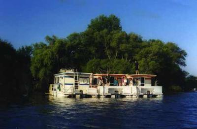 Houseboat Holidays - boat rentals for multiple families