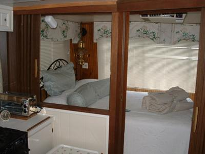 Sleeping area, 1973 Kingscraft Houseboat 44'