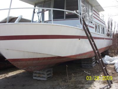 Help to identify an older River Queen houseboat?