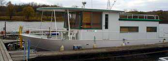 River Queen - A clean older 60's era Riverqueen Houseboat.