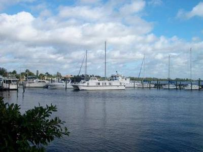 Florida marinas are a great place for Carri Craft houseboats.